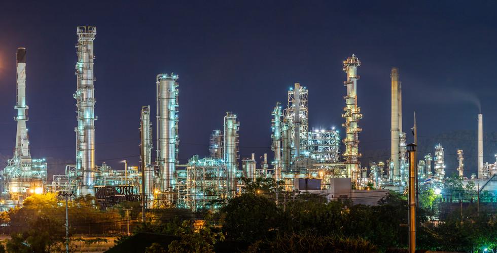 oil-refinery-with-water-vapor-hamburg-ge