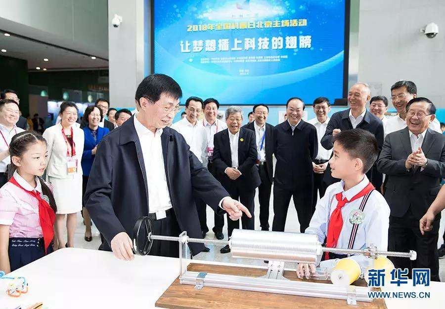 "Wang Huning watched the ""Edison"" phonograph for teenagers in the ""Flying Science Dreams"" exhibition area and asked about the situation in detail. Image source: Xinhuanet"
