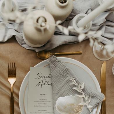 Menükarte mit gerissenen Kanten und Namenskarte aus einer Muschelplatte beklebt mit weißer Folie