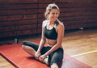 Stretching auf einer Turnmatte