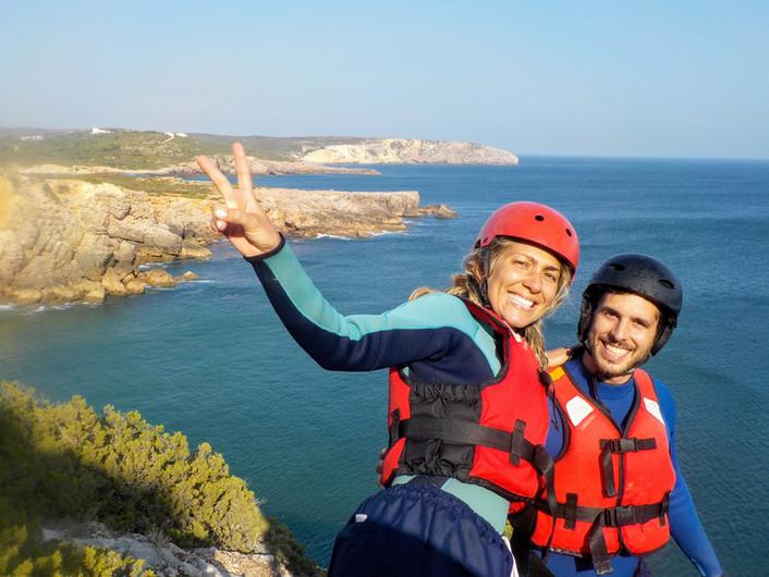 Casal feliz fazendo Coasteering no Algarve