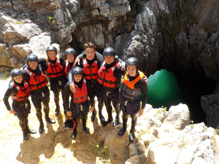 Foto de família no topo da gruta verde no Algarve