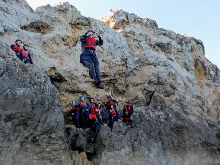 Espectadores assistindo a saltos das rochas no Algarve