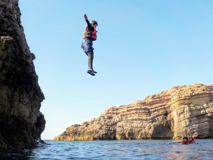 Bom salto com uma grande falésia de fundo