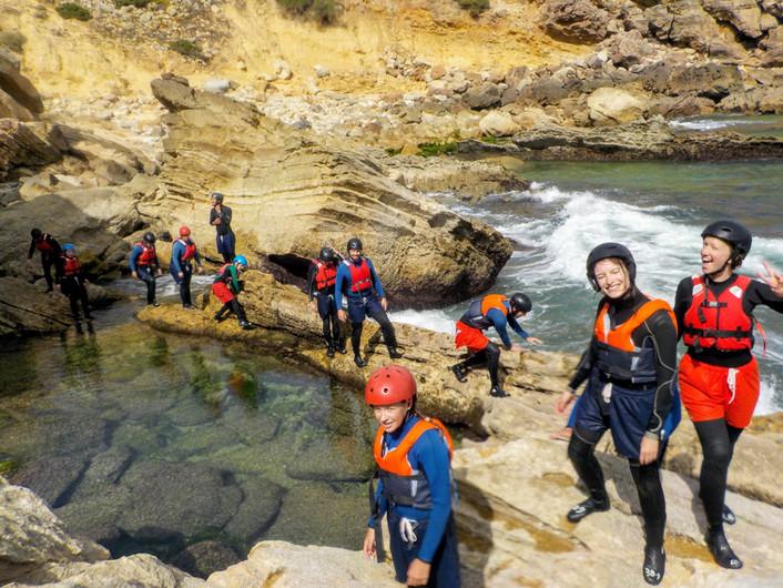 Caminhando ao longo da costa rochosa explorando as piscinas naturais