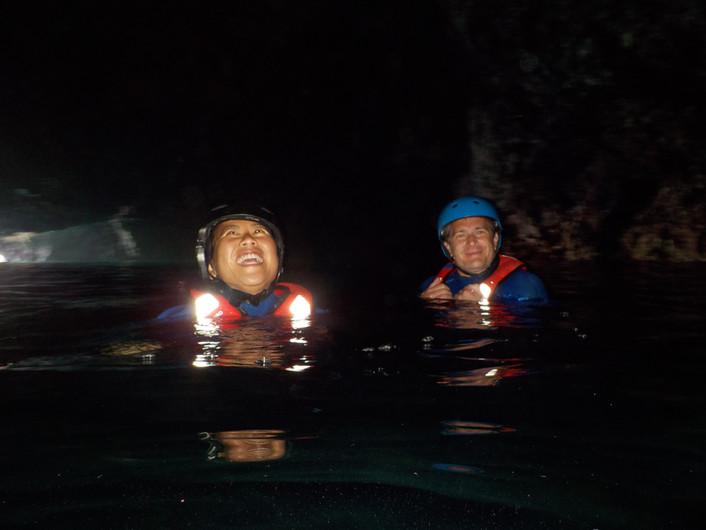 Nadar numa grande gruta escura na costa oeste do Algarve