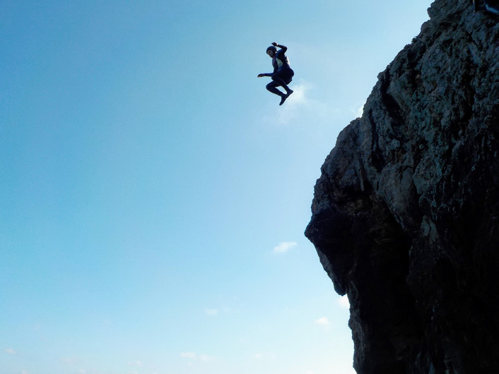 Salto enorme de uma falésia perto de Sagres, Algarve