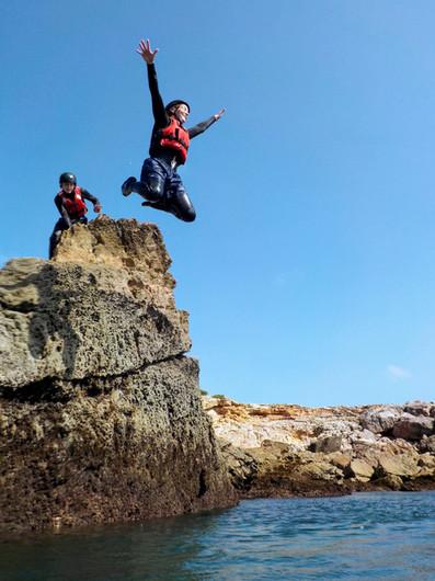 Sol, mar, saltar de rochas, coasteering no Algarve