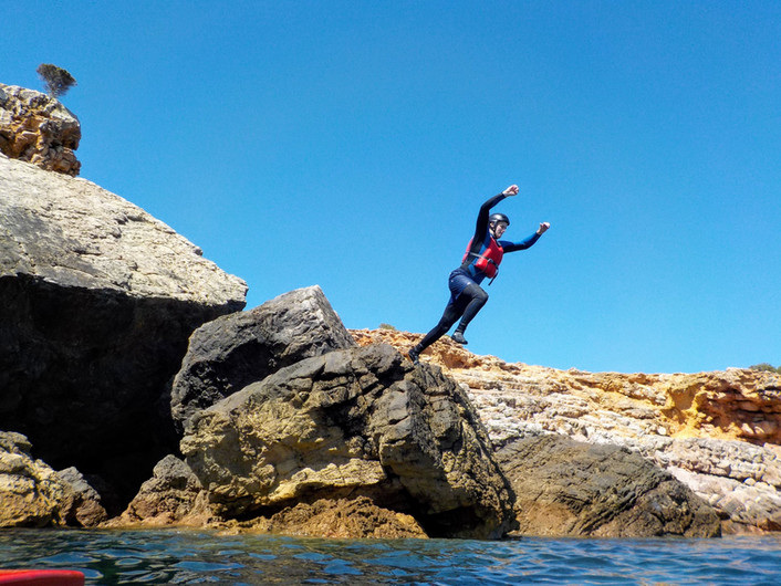 Impulsionando para fora da borda de uma rocha