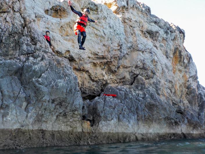 Ótimo local para muitos saltos das rochas perto de Sagres