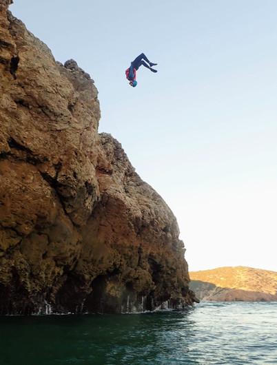 """Enorme salto """"Gainer"""" de uma falésia perto de Lagos"""