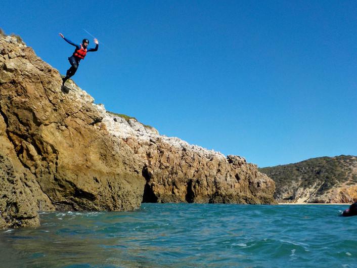 Saltar de Rochas e céu azul no Algarve