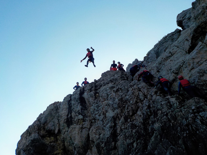 Grande salto de 10 metros numa falésia do Algarve
