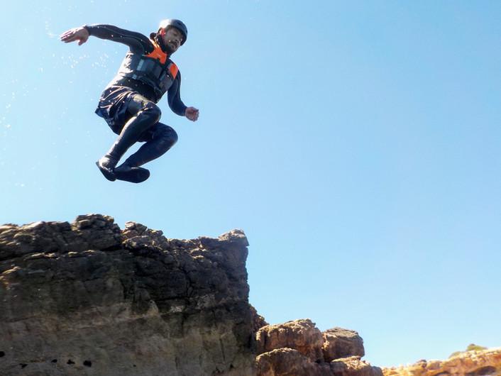 Pequenos saltos das rochas são ótimos para divertir e praticar