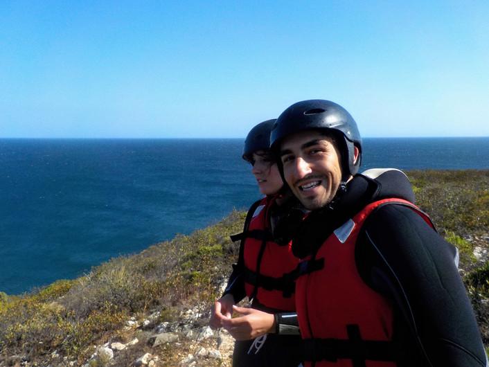 Casal no caminho de volta do Coasteering