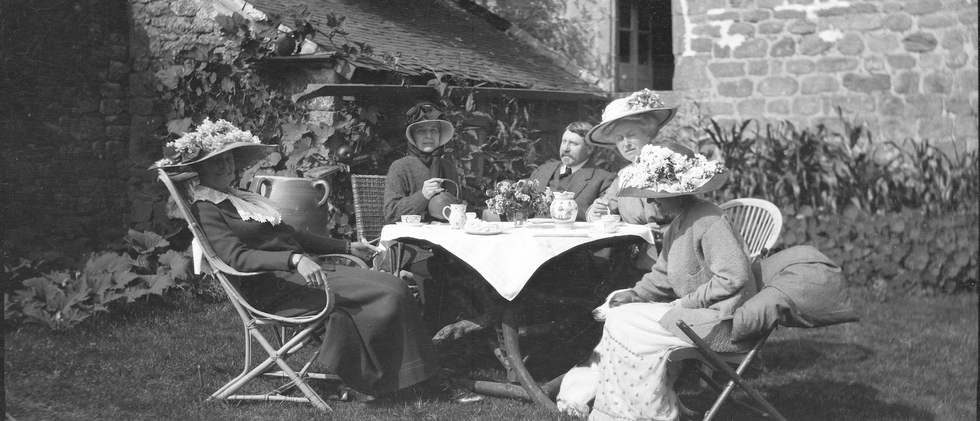 By 1926, the Harwood Library was established and the community generously supported the growth of its collections. Mabel Dodge Luhan donated books from her private collection, contributed funds, and inspired other major support.  Here Burt (center) and Lucy (center right) dine with friends.