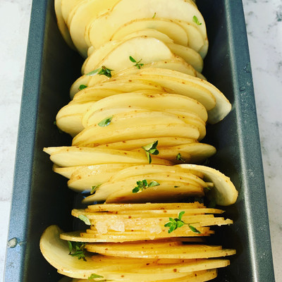Finely sliced potatoes with thyme roasted in stock, vegetarian, crispy baked