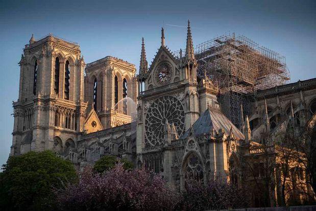 Notre Dame de Paris sous un ciel bleu avec des échaffaudages