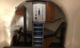 Weinregal, Bauform ist ein Sondermaß, angepasst an ein altes Fachwerkhaus. Materialien sind historisches Eichenholz und Stahl in Rostoptik.