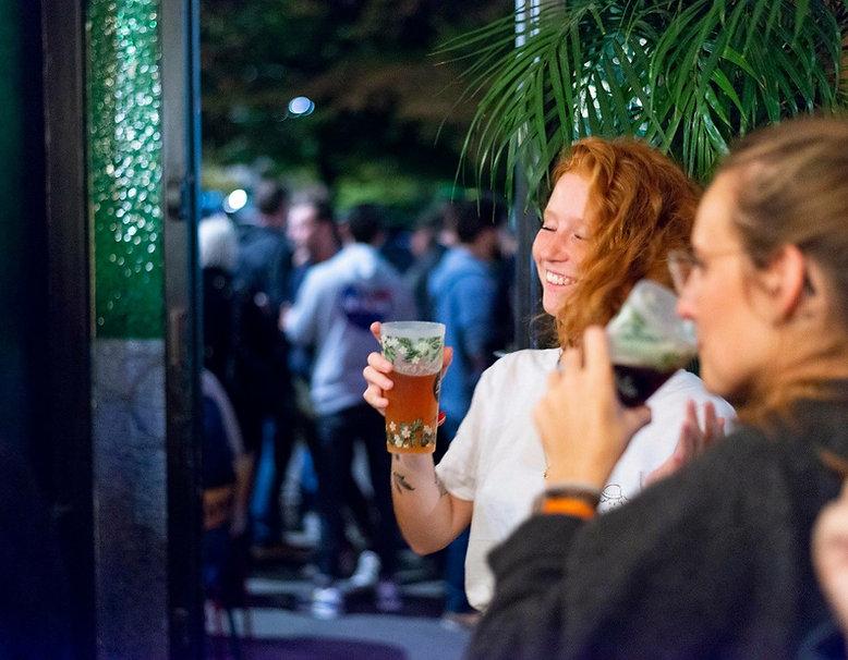 fille qui boit une bière dans le bar cantine La pépite à Lille