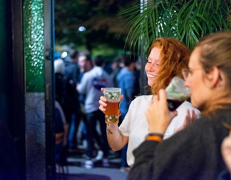 fille qui boit unne bière dans le bar cantine La pépite à Lille