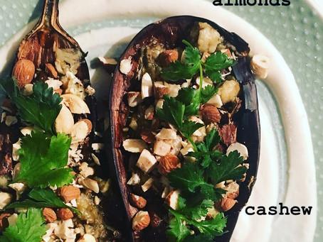 Geröstete Aubergine mit Tahini, Mandeln und Cashew Nüssen