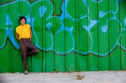 Menina na parede verde