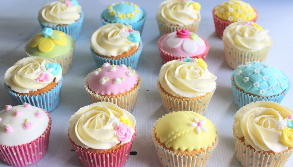 Assorted flower cupcakes.jpg