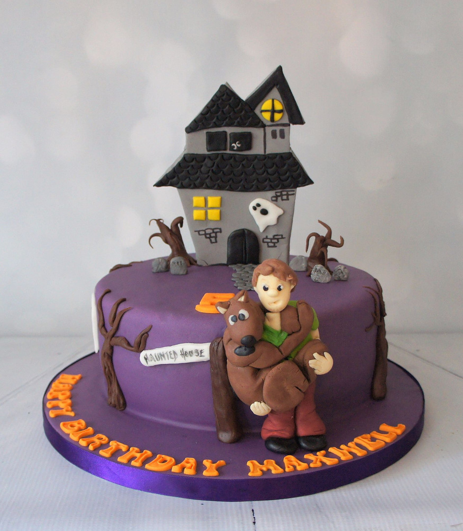Scooby Doo cake with figures and haunted house