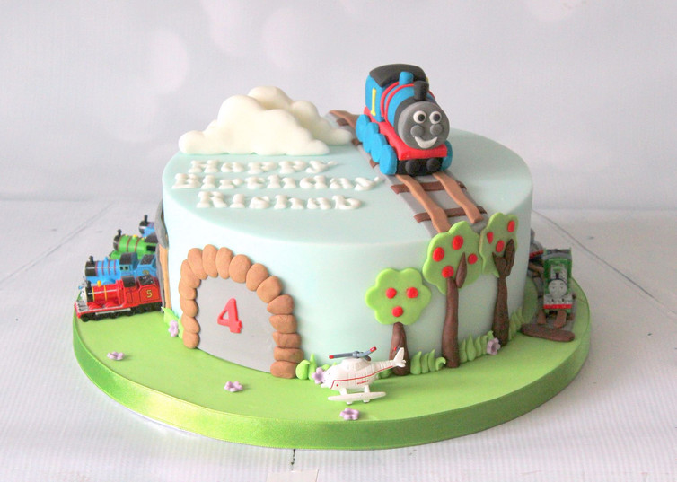 Thomas the Tank Engine cake with figures