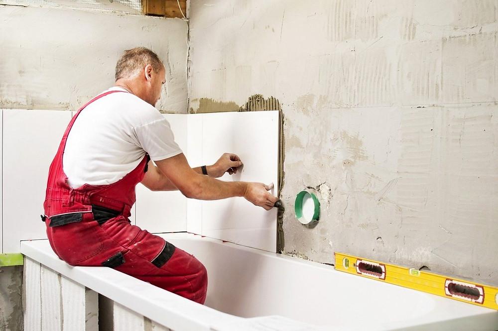 стык между ванной и плиткой