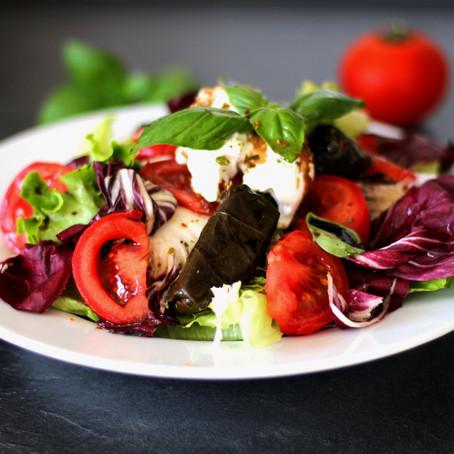 Salat mit Ziegenfrischkäse und gefüllten Weinblättern