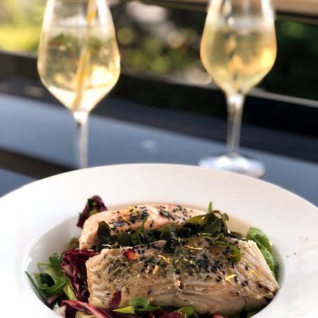 Wildkräuter-Salat mit Lachs und Seelachs