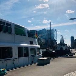 Hamburg Elbphilharmonie und HafenCity. Schiffe, Hafen und ein Stadträtsel. TOURIFIC.