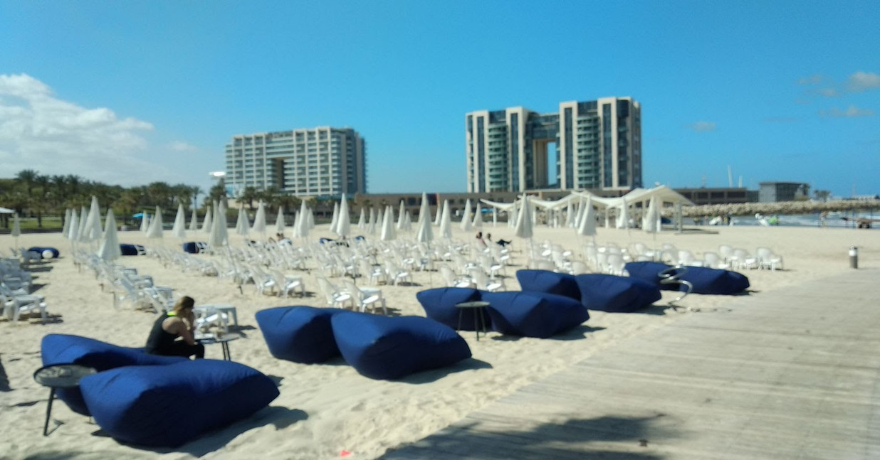פופים שעוצבו לחוף אכדיה הרצליה