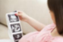 Donna che guarda immagini ecografie