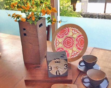 山吹の黄色の花が一際映える花器です。工房彩土里山下美和子さんの作品。カップ&ソーサー、置き時計皿 など展示販売しています。