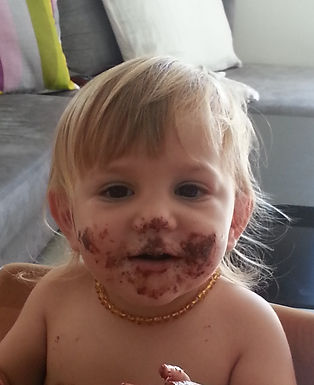 תינוק מתוק שפניו מלוכלכות מברזל שקיבל