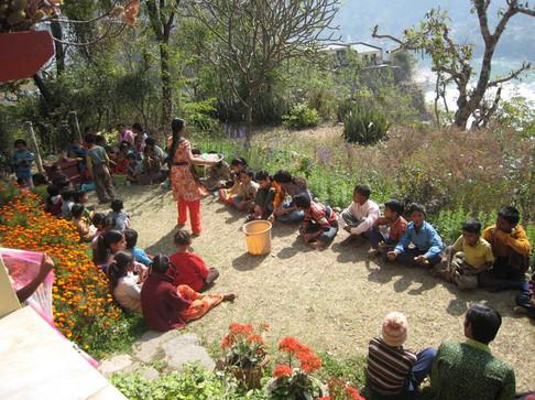 Rishikes, Vanamali Ashram, zpívání s místními dětmi