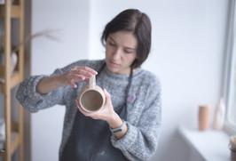 Potter fêmea que faz a caneca