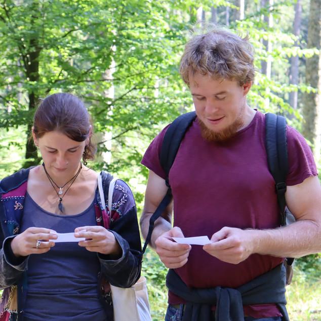 """Während dem Wandercoaching kommen die Teilnehmenden über verschiedene Fragen wie z.B. """"Was kannst du gut"""", """"Welche Erfahrungen in deinem Leben haben dich am meisten geprägt"""", oder """"Wie würden dich deine besten Freunde beschreiben"""" ins Gespräch."""