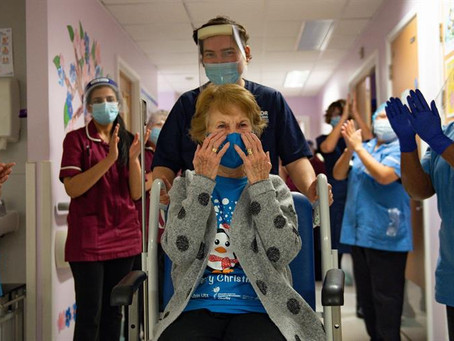 Idosa de 90 anos é a primeira a ser vacinada contra covid-19 no Reino Unido