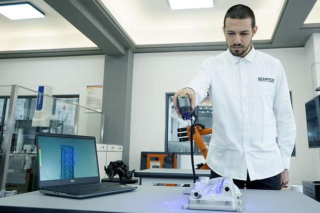 3D Scanning mit dem 3D-Scanner SIMSCAN. Der 3D Scanner Simscan von Scantech ist ein innovativer 3d Scanner, der besonders durch seine Ergonomie und Leistungsfähigkeit überzeugt. Dabei ist auch der Preis für den 3D Scanner sehr attraktiv. In seiner Klasse ist das Preis-Leistungsverhältnis unerreicht.