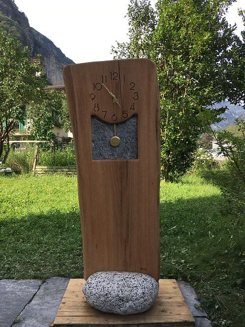 Orologio in legno e sasso con pendolo