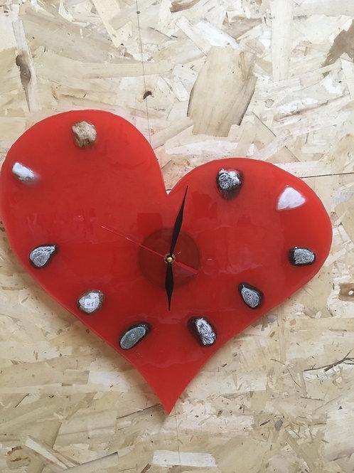 Orologio in resina con pietre del fiume a indicare l'ora