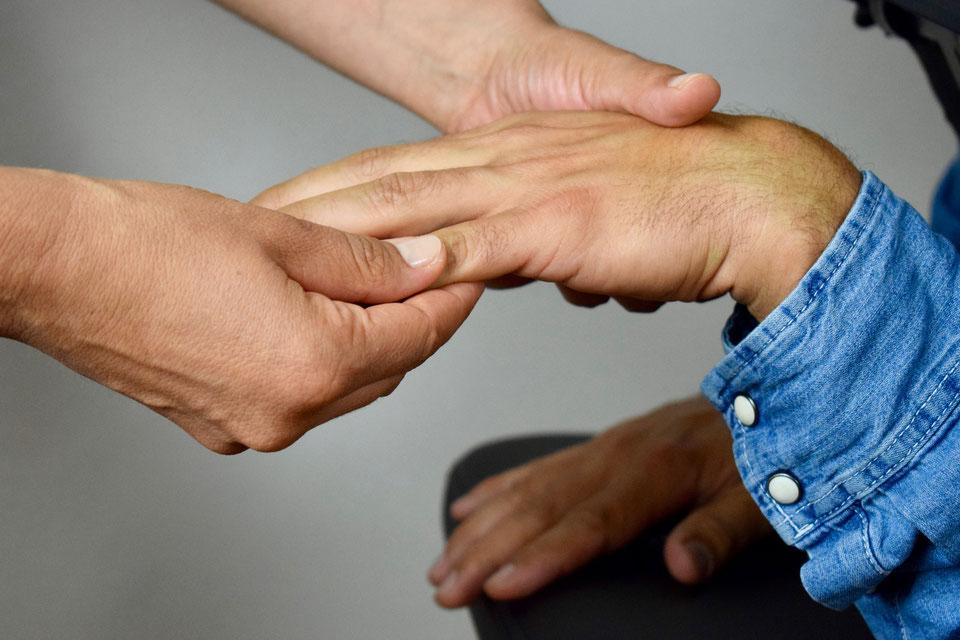 massage-des-doigts-et-de-la-main-massage