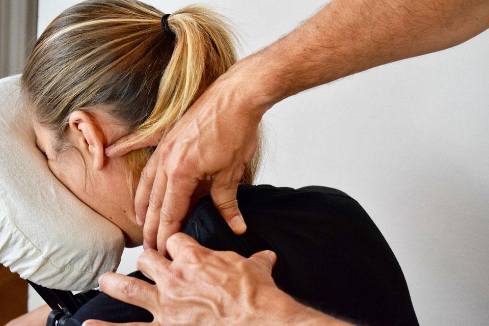 la-photo-représente-un-masseur-qualifié-