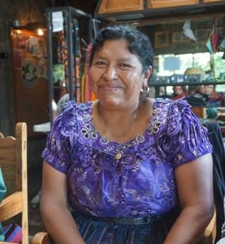 Petrona Yojcom, comadrona e curandera maya, huesera traumatologa naturale maya per la prima volta in