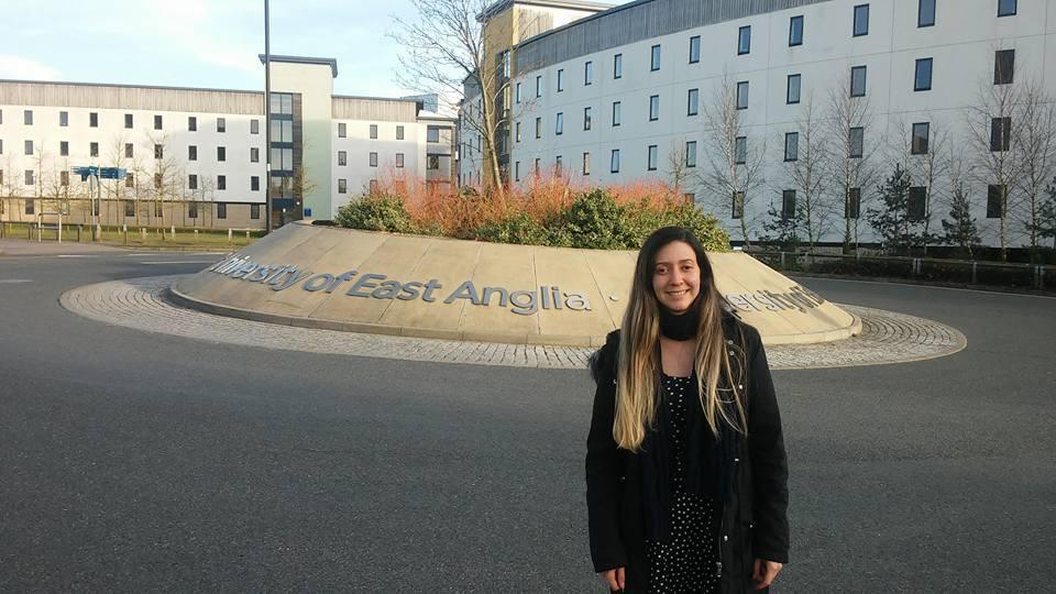 Aluane Silva Ferreira está em frente À University of East Anglia