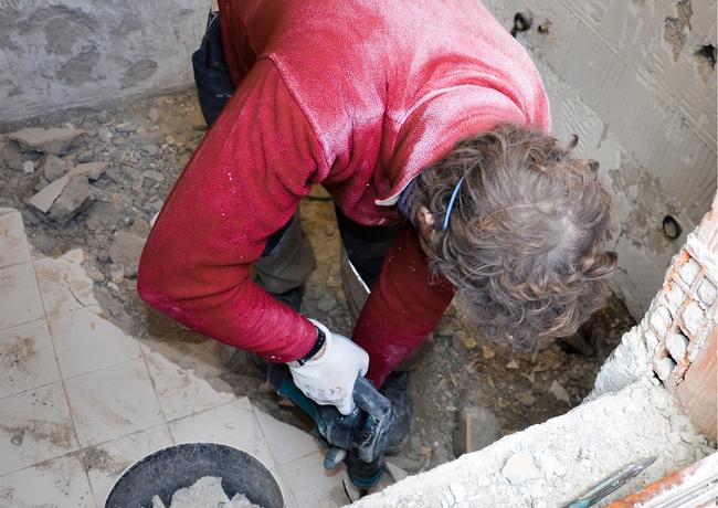 Germano l'artigiano durante la demolizione del pavimento